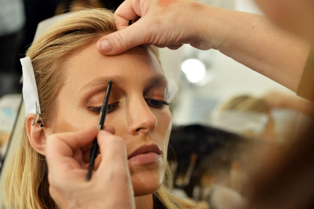 Il make up, affidato alla make up artist Pat Mc Grath, punta tutto sullo sguardo con polveri che riprendono i colori della terra