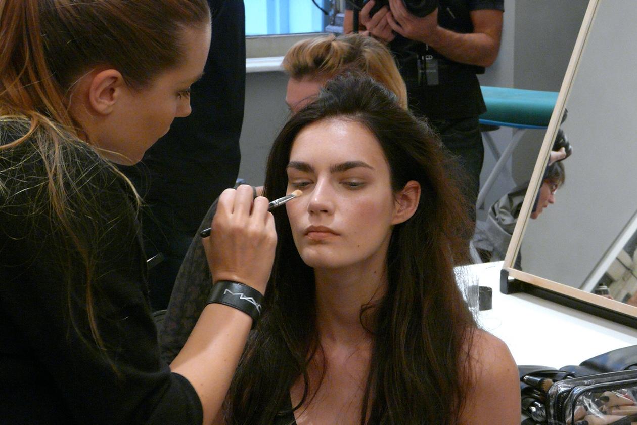 Il viso è perfetto: il fondotinta Face and Body è diluito con il Prep + Prime Natural Radiance per creare un effetto pelle nuda