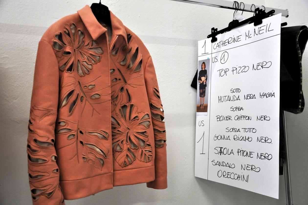 Intarsi iperfemminili su giacche dalle silhouettes maschili per la collezione P/E 2014 di N.21