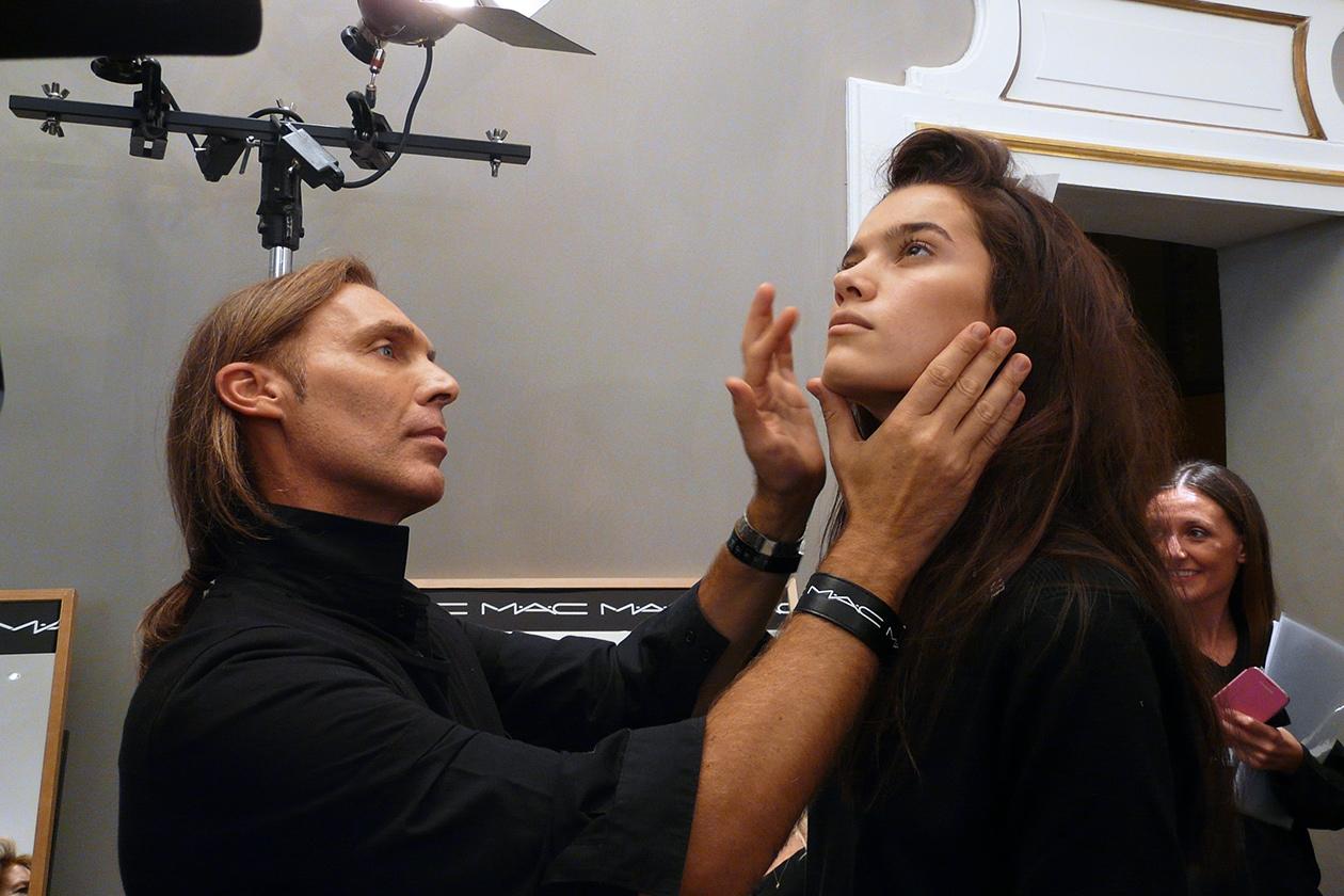 Michele Maganni controlla il trucco della modella