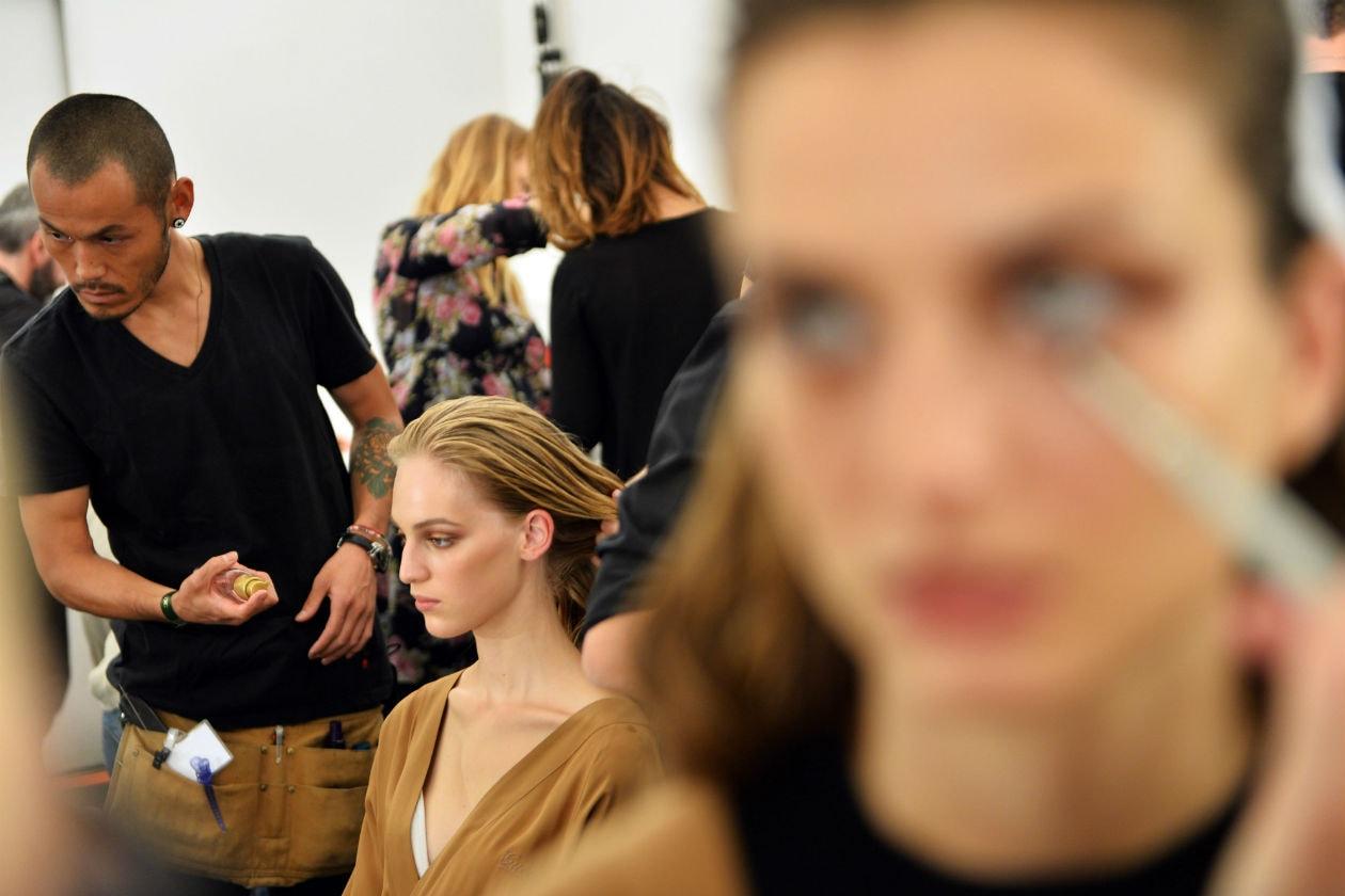 Modelle alla prova trucco nel backstage di Gucci