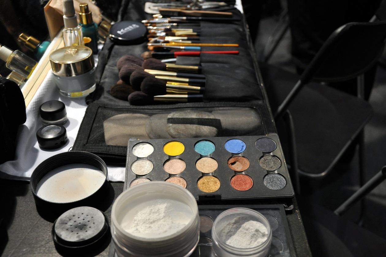 Polveri e pennelli: gli attrezzi del mestiere dei make up artist nel backstage di N.21