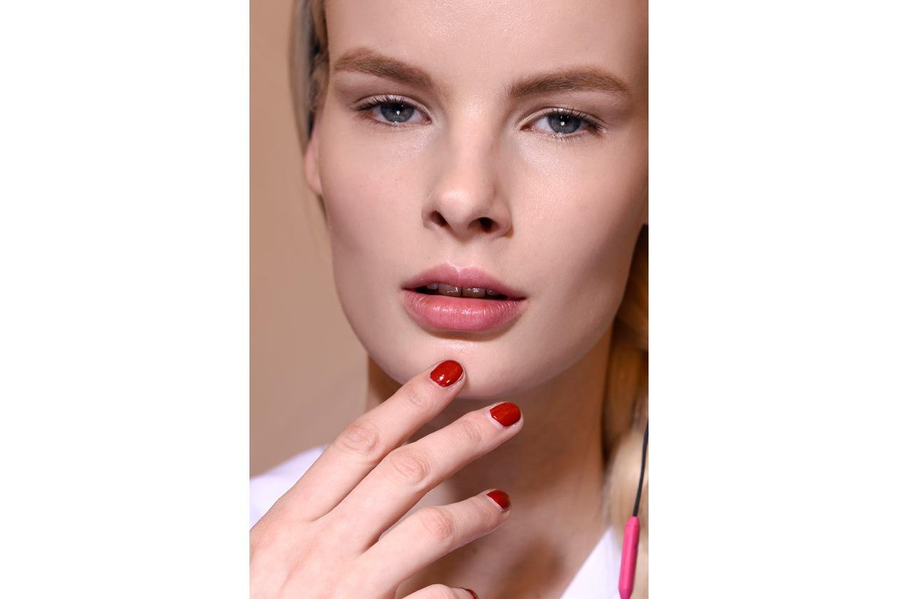 RED PASSION: l'iconico rosso Valentino anche sulle unghie delle modelle del famoso stilista