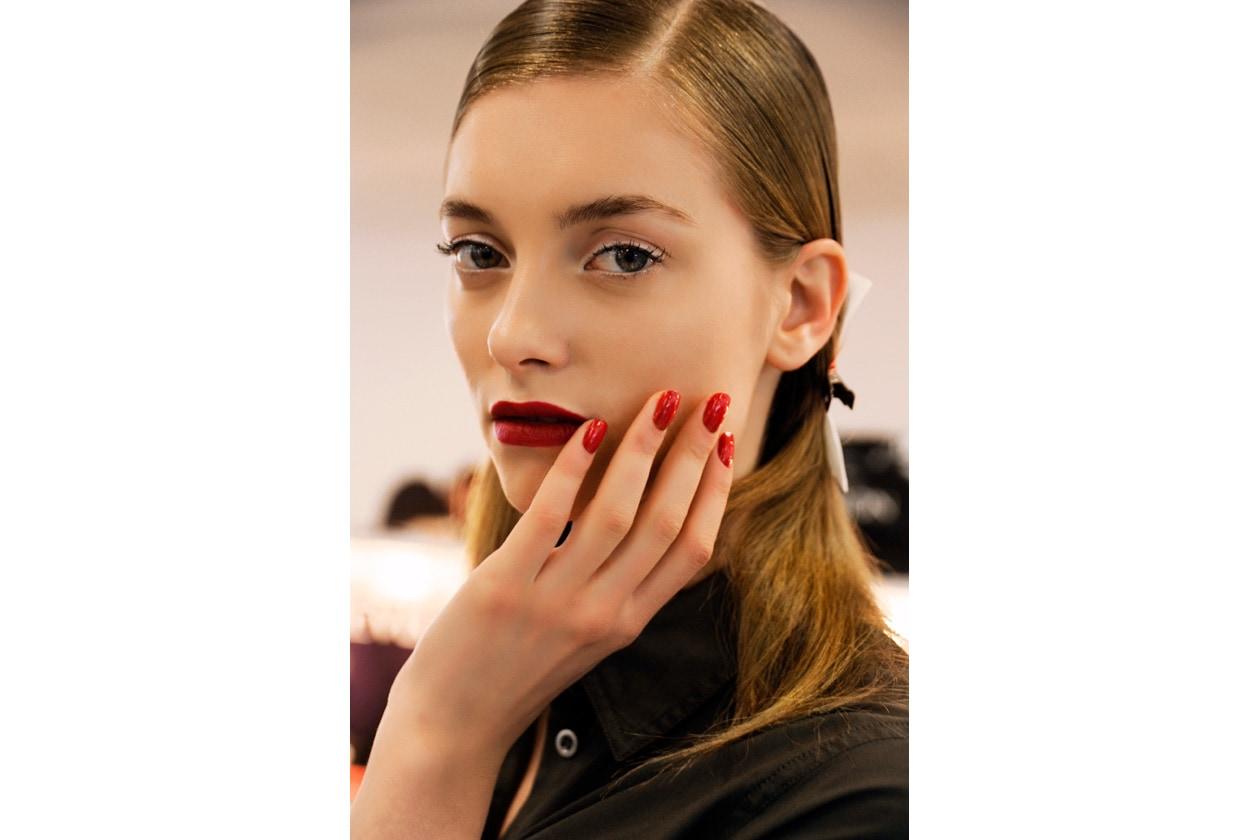 Smalto effetto specchio sulle unghie della modella di Antonio Berardi