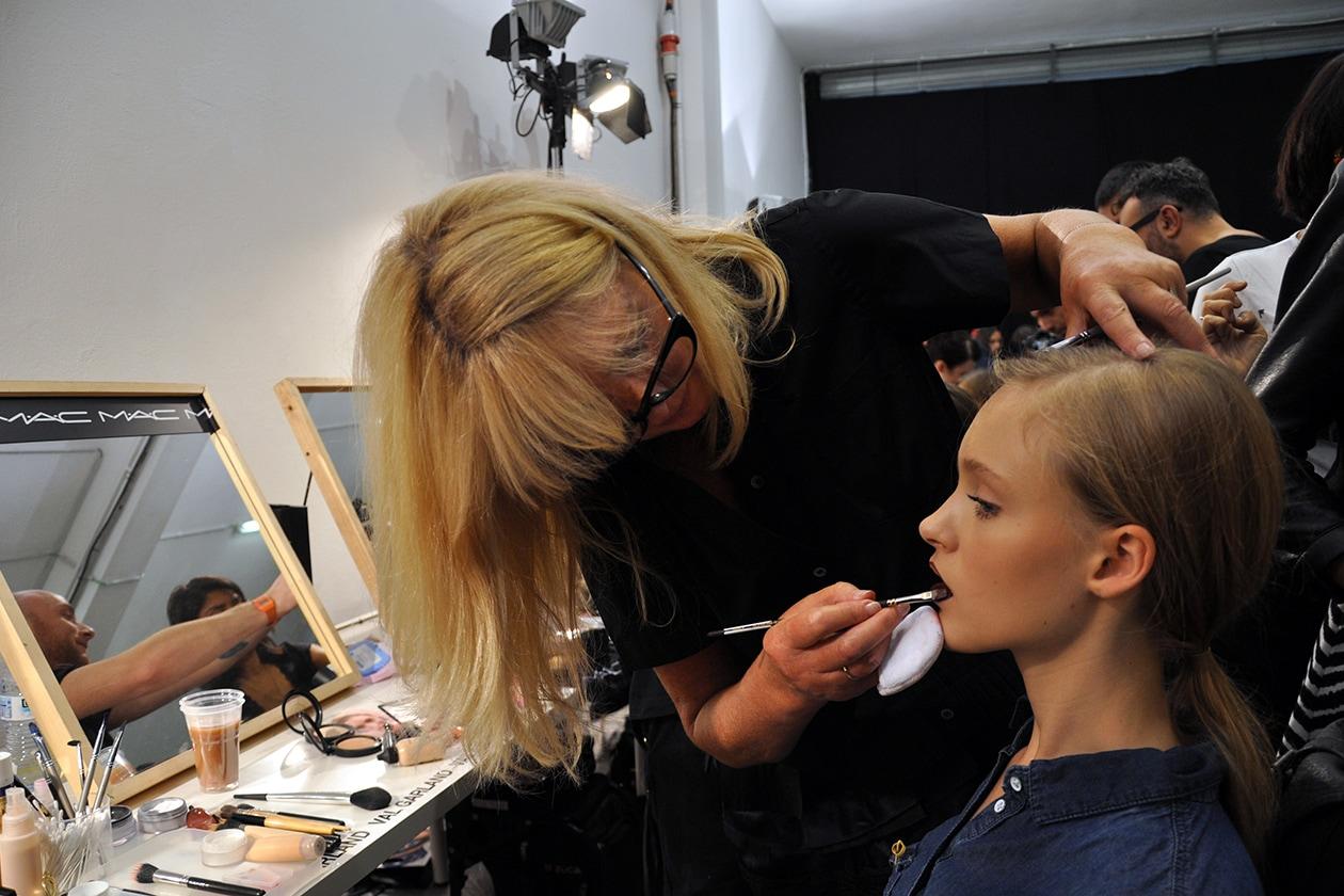 Val Garland al lavoro nel backstage di MSGM