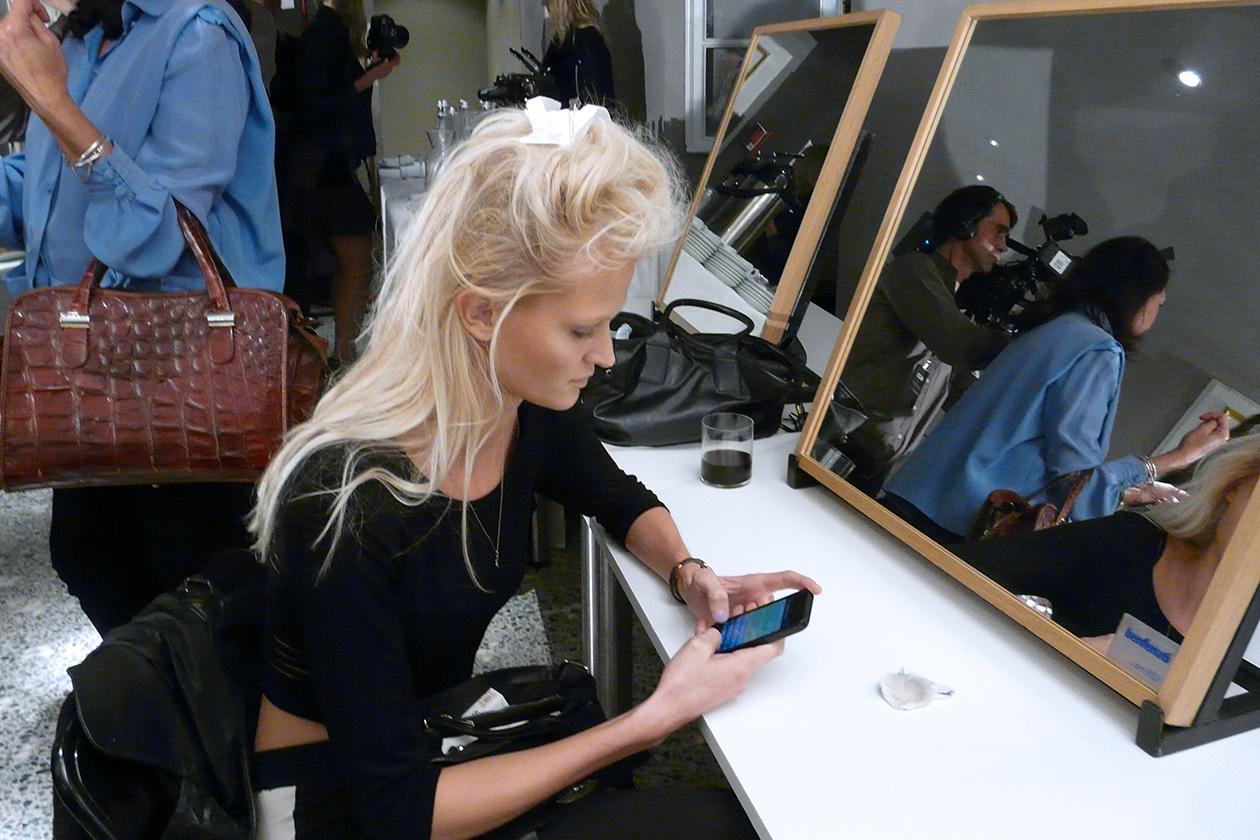 Vika Falileeva in attesa del trucco nel backstage di Fausto Puglisi