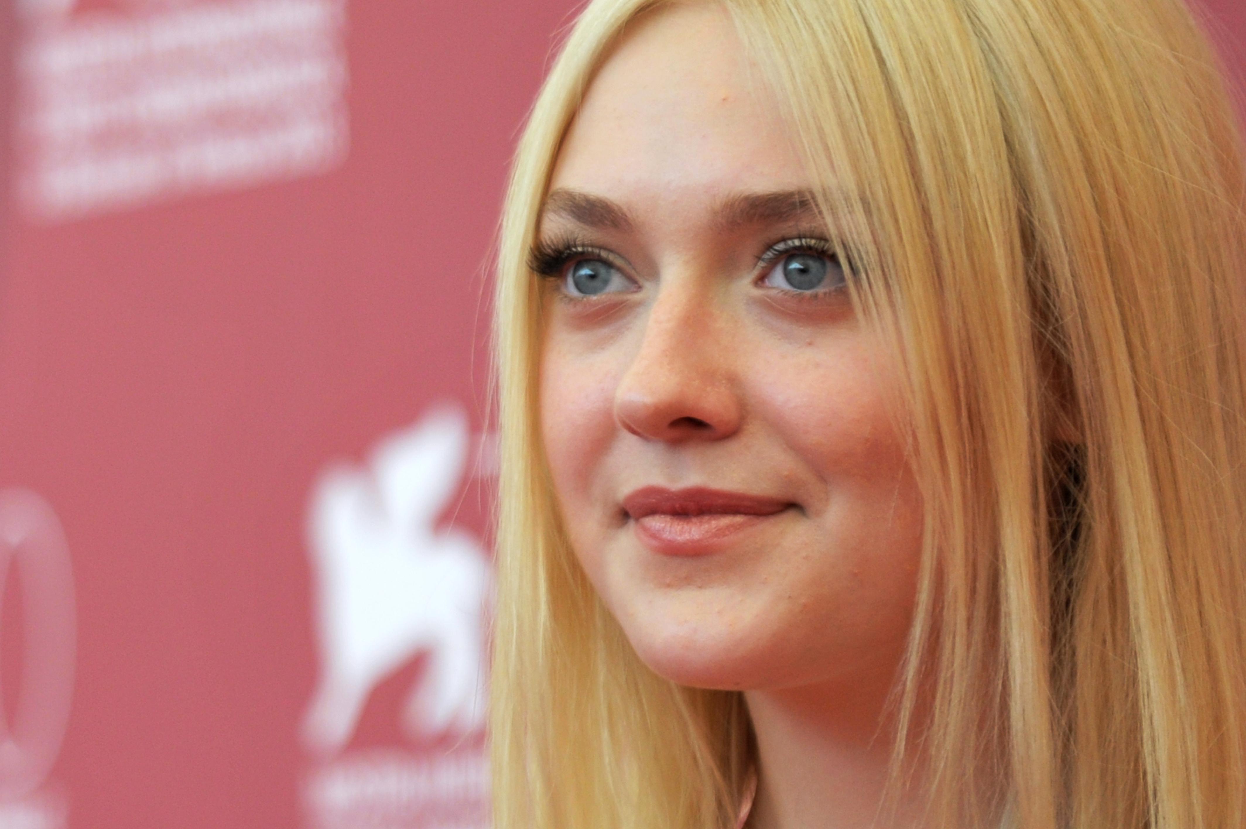 Nuance naturali e labbra glossate di rosa dorato anche per Dakota Fanning