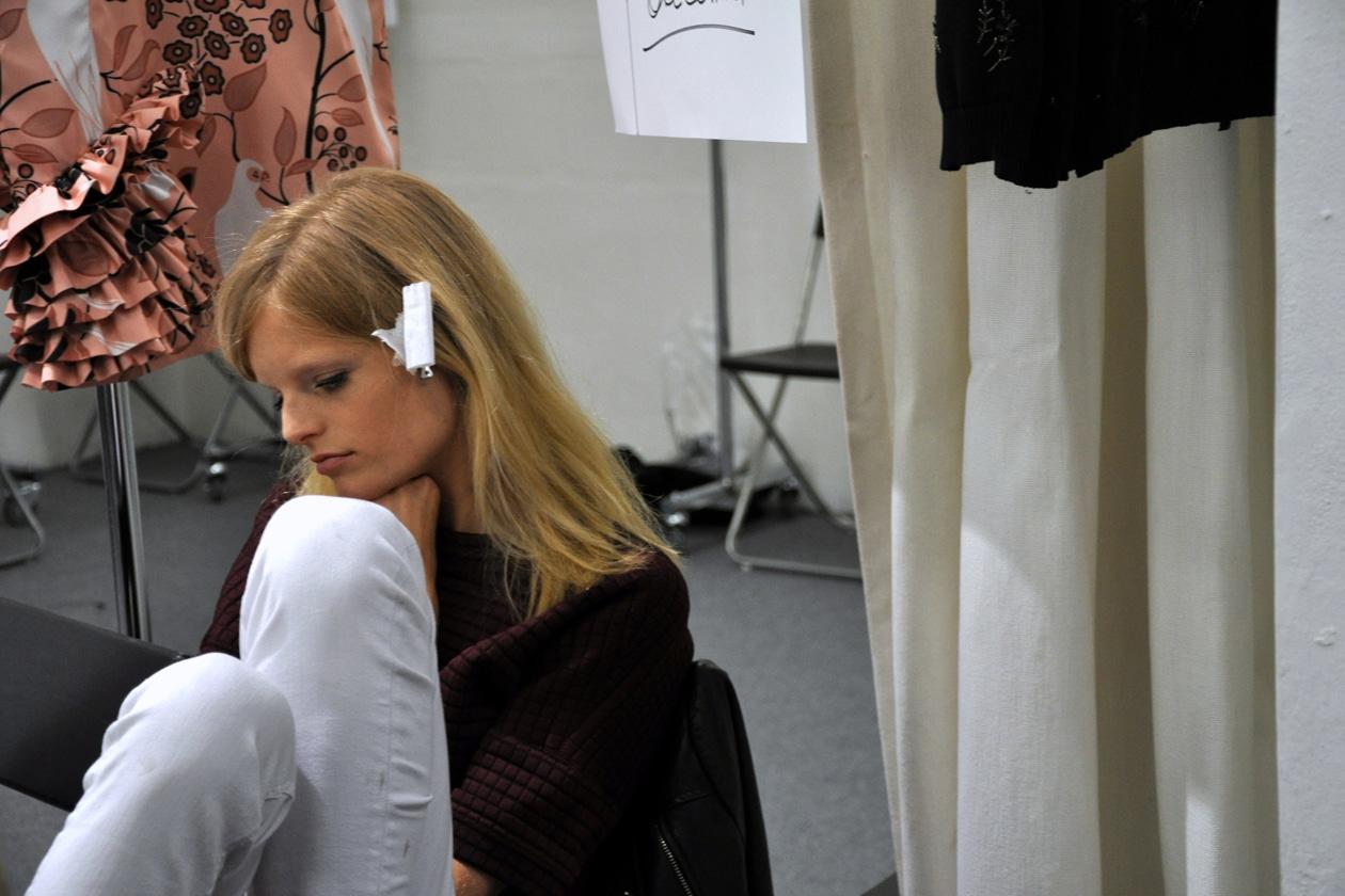 Hanne Gaby Odiele in un momento di pausa nel backstage