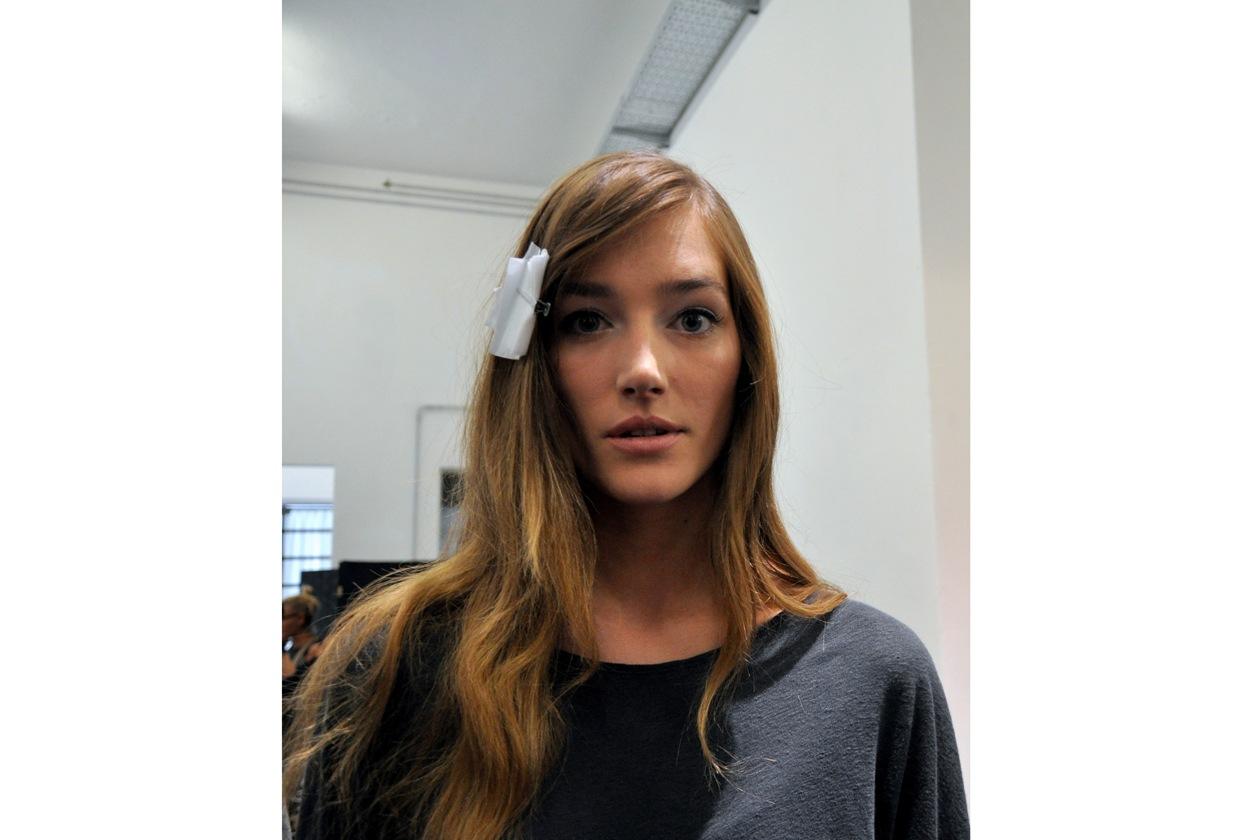 La modella Josephine Le Tutour pronta per la sfilata di prova: look naturale ispirazione Françoise Hardy