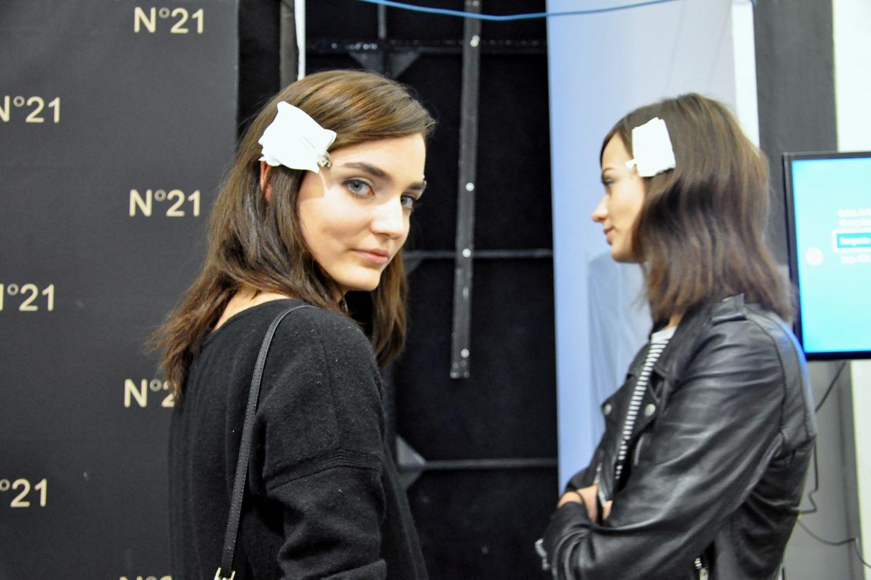 Le modelle Zuzanna Bijioch e Marta Dyks alla prova trucco nel backstage di N.21