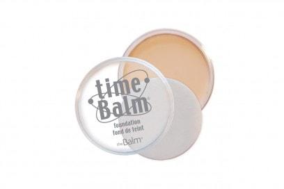 Con vitamina A, C ed E, il Time Balm Foundation di The Balm ha un effetto compattante e ringiovanente