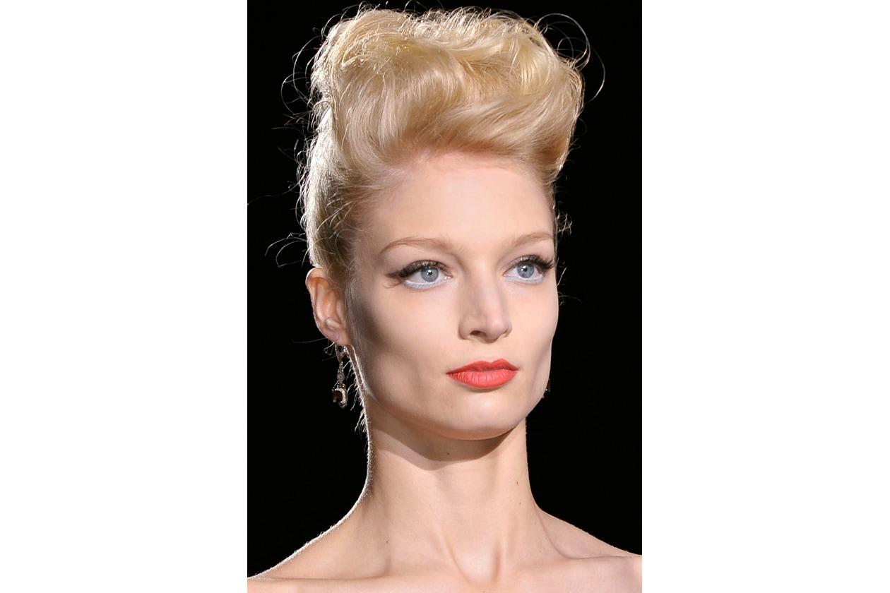 L'hairdo di Badgley Mischka in una versione Miss anni Cinquanta