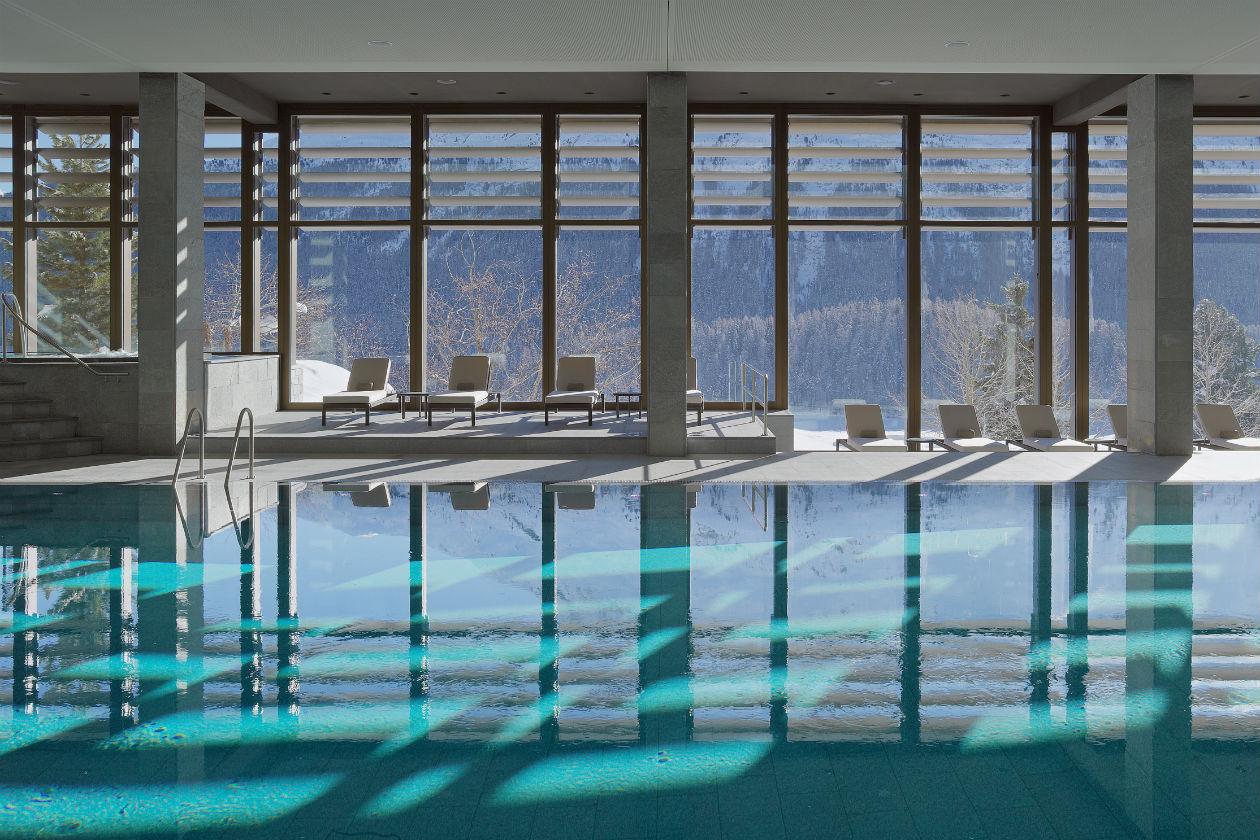 La piscina coperta della Spa del Kulm Hotel St.Morit ha musica subacquea
