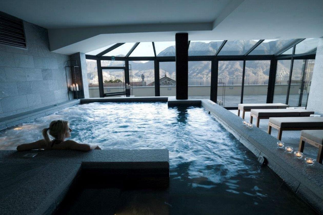 La piscina del Renaissance Luxury, una medical spa inaugurata da poco a Ghiffa, sul Lago Maggiore