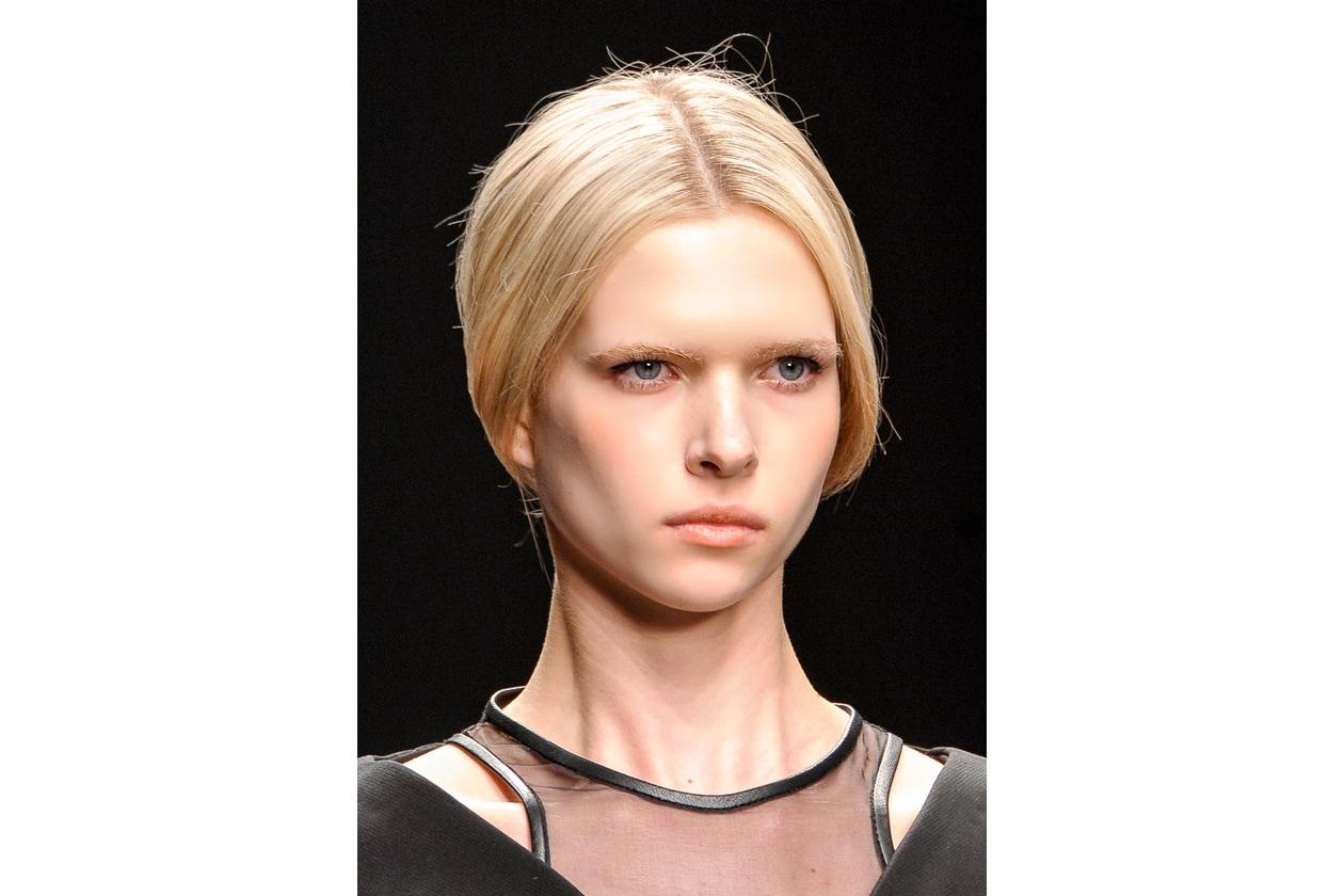 Per facilitare lo styling, dividete la chioma con una riga centrale come fa David Koma