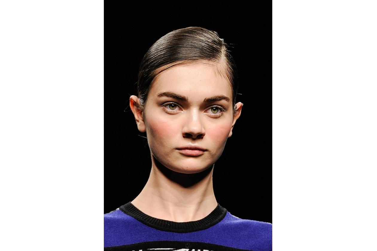 Raccolto con i capelli ben piatti sulla parte anteriore (Angelo Marani)