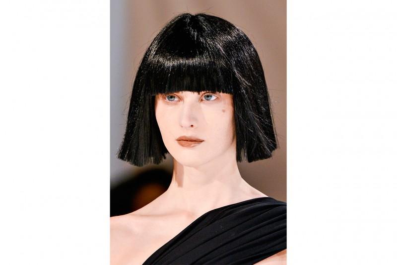 THE NEW FRINGE: la frangia copre completamente la fronte con una lunghezza pari (Yohji Yamamoto)