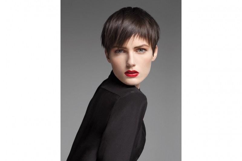 Taglio dinamico e sportivo per la donna che non ha molto tempo da dedicare ai capelli ma che ama la cura del dettaglio (Brand Collection)