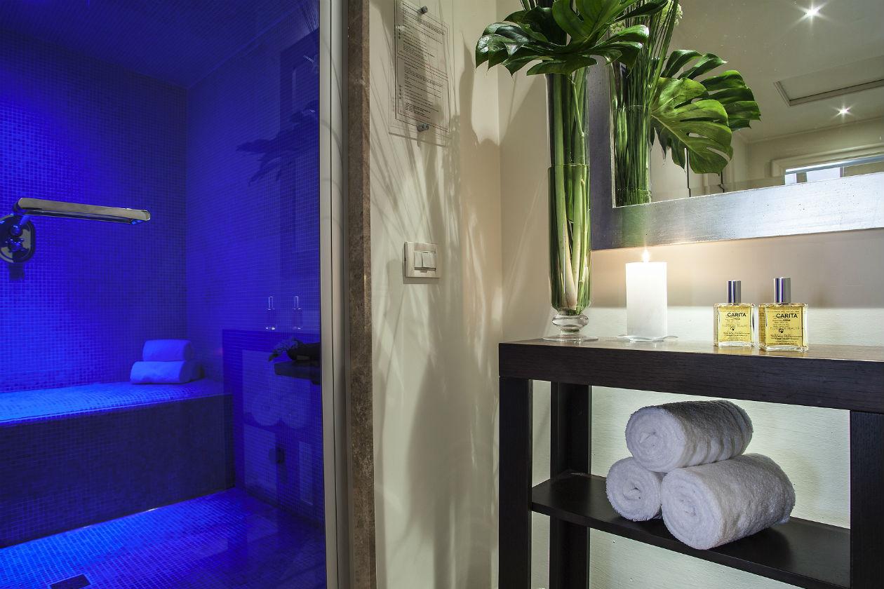 Un interno della Carita Spa Suite pressso l'Hotel Savoy di Firenze: da sperimentare, per lui, il protocollo Homme Ideal che rigenera e purifica la pelle