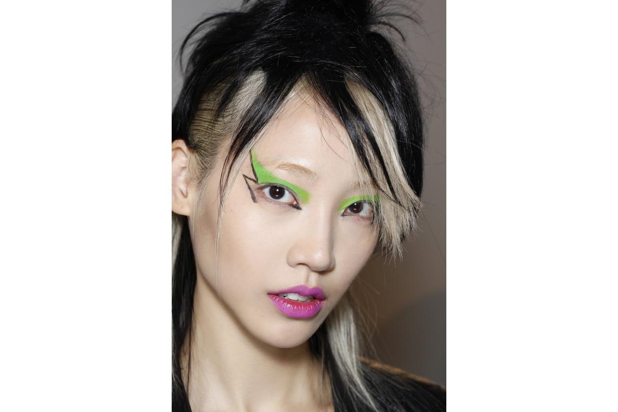 Ciuffi di capelli che creano giochi di contrasto dal mood punk (Jeremy Scott)