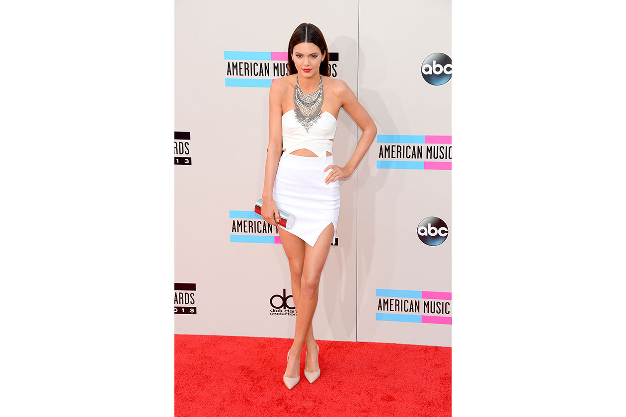 KENDALL JENNER in Keepsake, con clutch jimmy choo