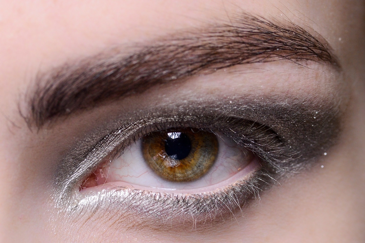 L'interno dell'occhio è colorato con una polvere super luminosa (Acne)