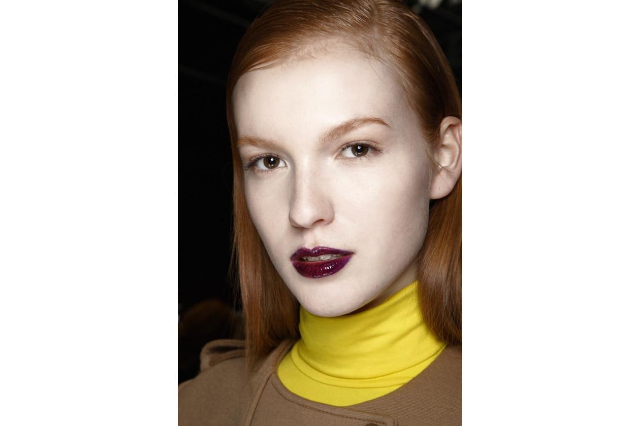 La chioma rossa è abbinata a un lipstick dark: we love it! (Veronique Branquinho)