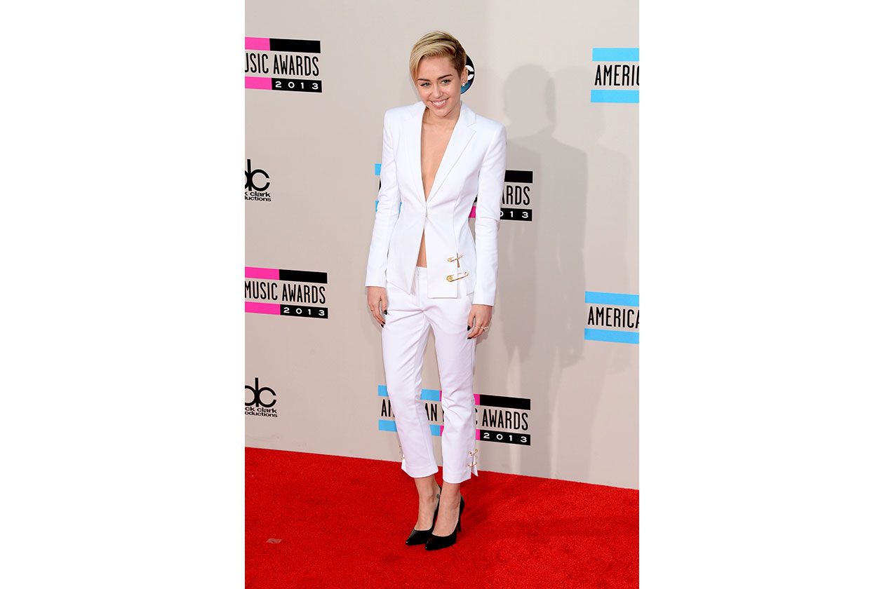 Miley Cyrus in Versus Versace e pumps Saint Laurent