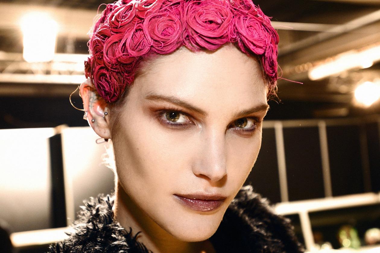 Perfetta per una festa stile Anni Venti la chioma déco della modella di Givenchy