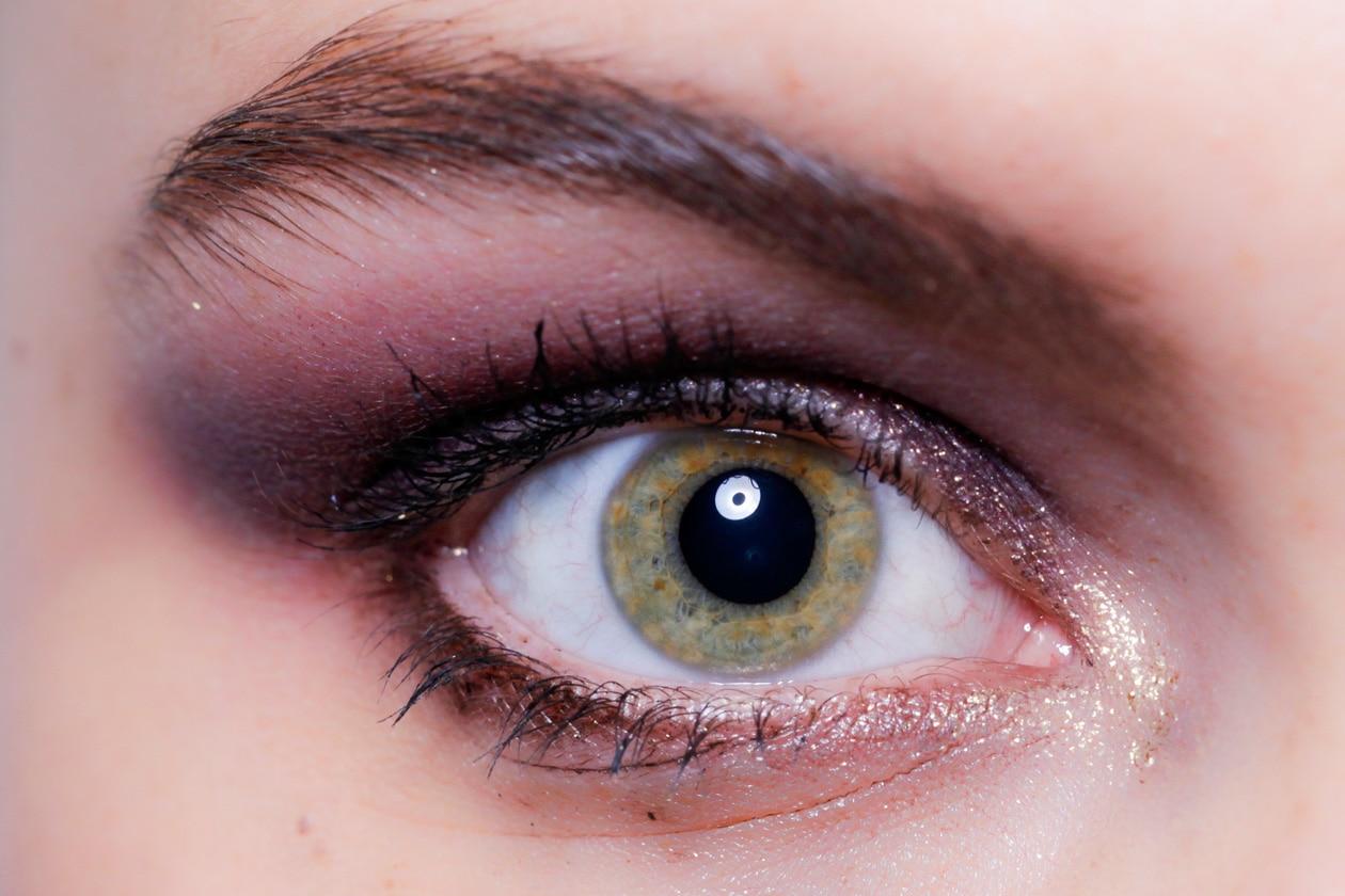 Se siete alle prime armi replicate il make up proposto da Elena Miro con un punto luce nella parte interna dell'occhio