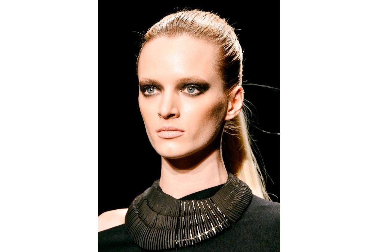 Un look deciso che punta tutto sullo sguardo allungato (Donna Karan)