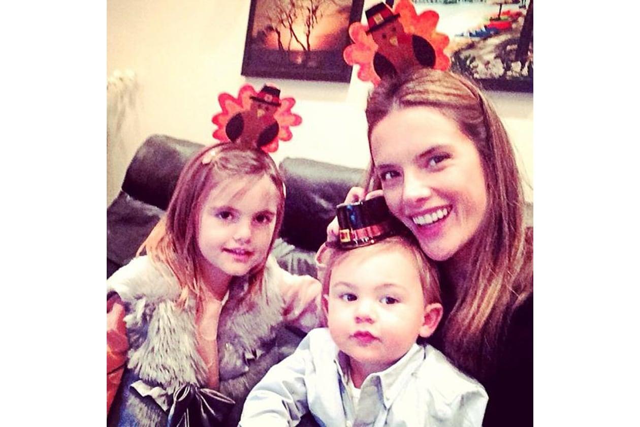 Infine gli auguri di Alessandra Ambrosio e dei suoi due figli, perfettamente addobbati
