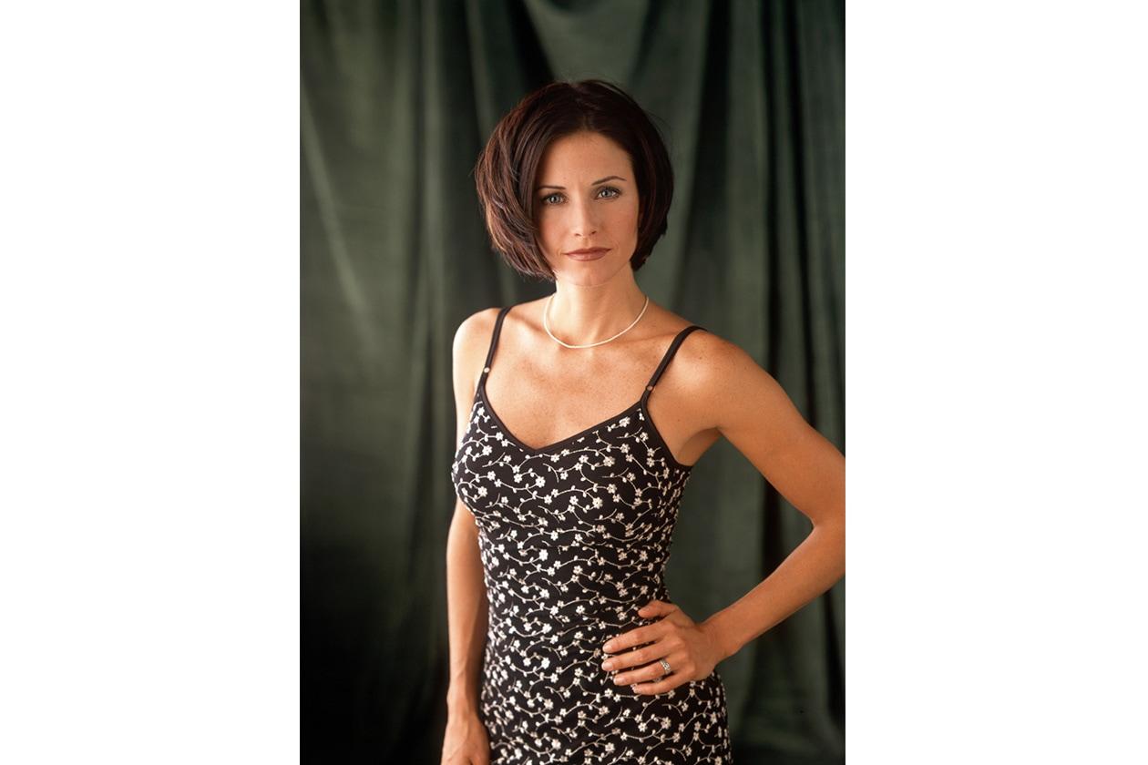 MONICA LIKES BOB CUT: per la sitcom Friends – in cui ricopriva il ruolo di Monica Geller – l'attrice inglese aveva scelto una mezza lunghezza scalata (2001)