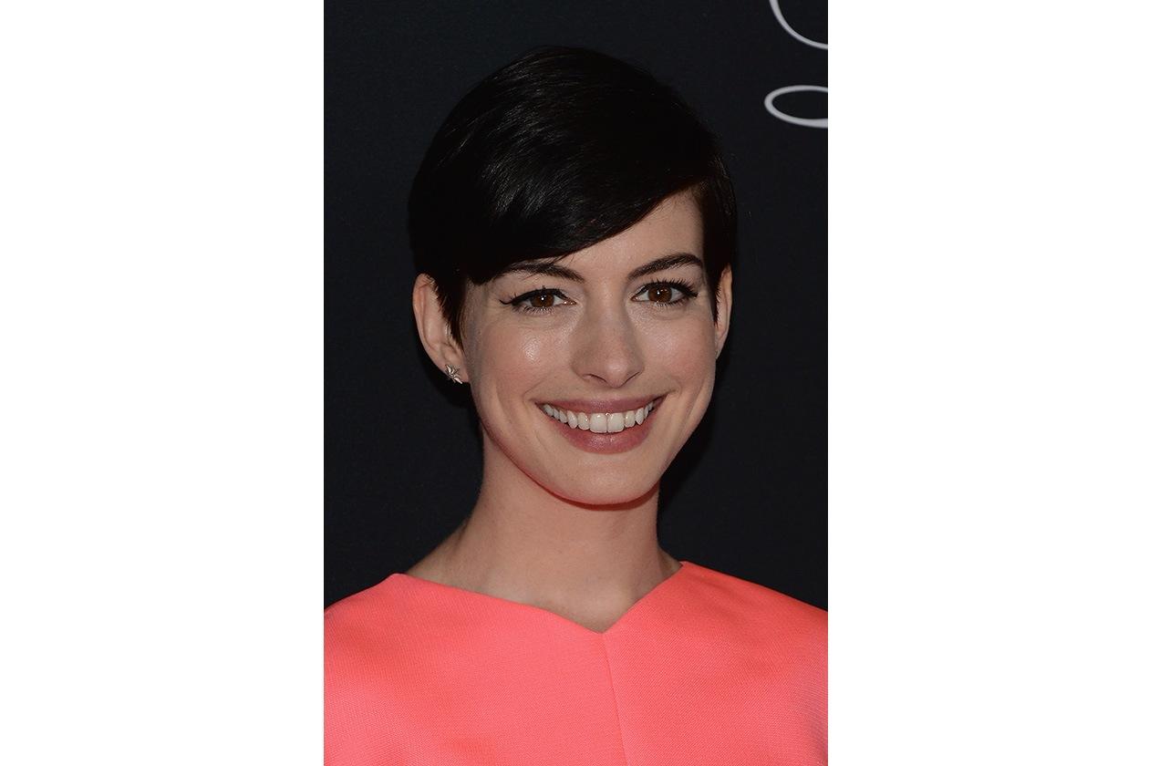 BON TON DA RED CARPET: corti sì, ma con discrezione. Come fa Anne Hathaway