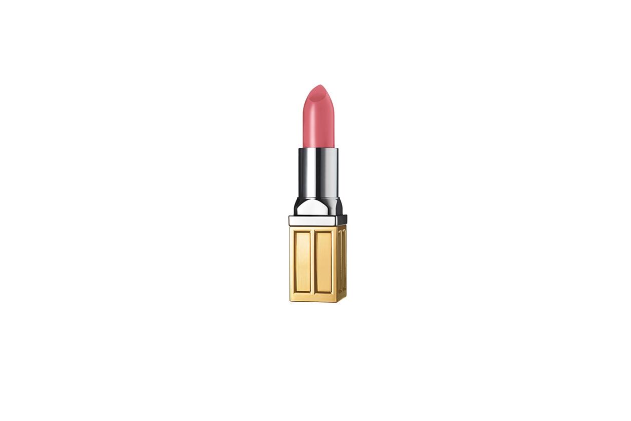 Le labbra si colorando di un rosa intenso come il Beautiful Color Moisturizing Lipstick in Pretty Pink di Estée Lauder