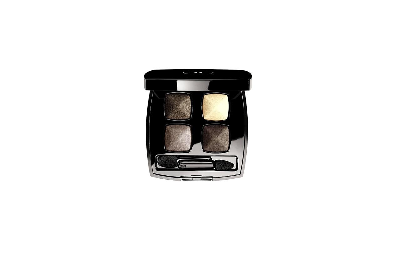Sugli occhi mixiamo le polveri satinate dall'effetto brillante della palette Les 4 Ombres 43 Mystère di Chanel