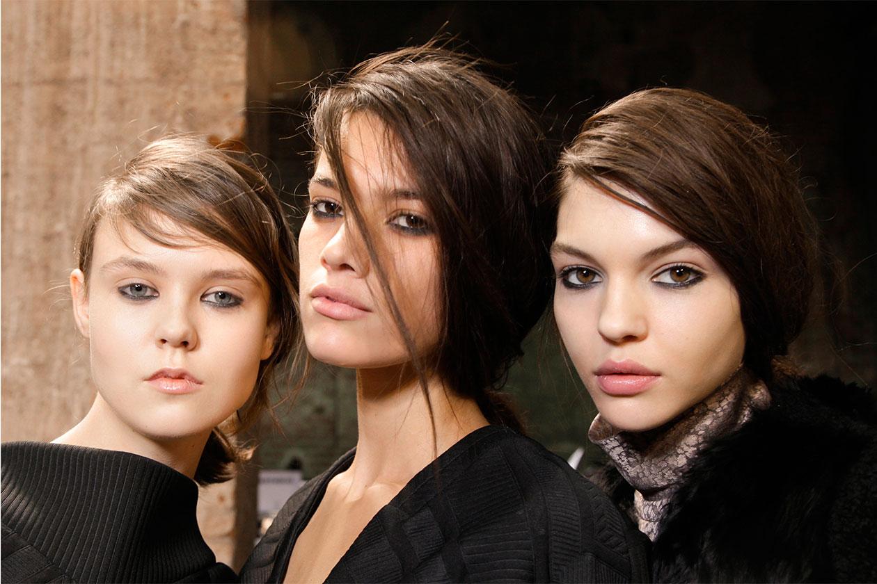 Alcune modelle nel backtage della sfilata autunno/inverno 2013-14 di Marco De Vincenzo