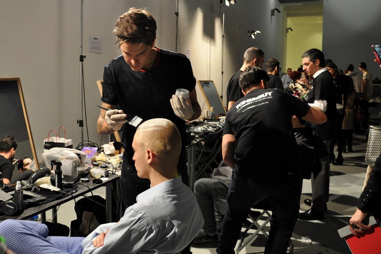 Capelli total white per due modelli: ad applicare il colore è Mark Hampton, Global Hair Ambassador per Toni&Guy