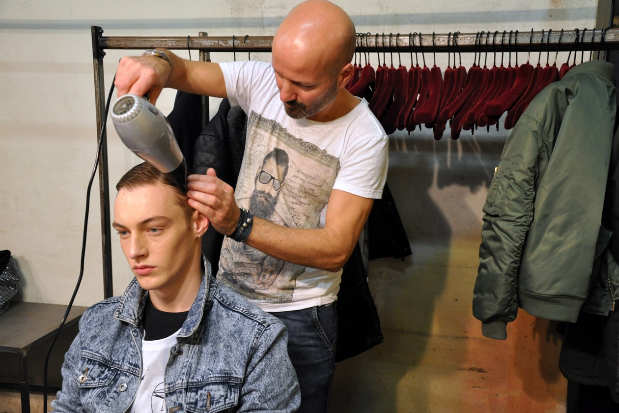 Cesare Rago per L'Oréal Professionel al lavoro nel backstage di Antonio Marras