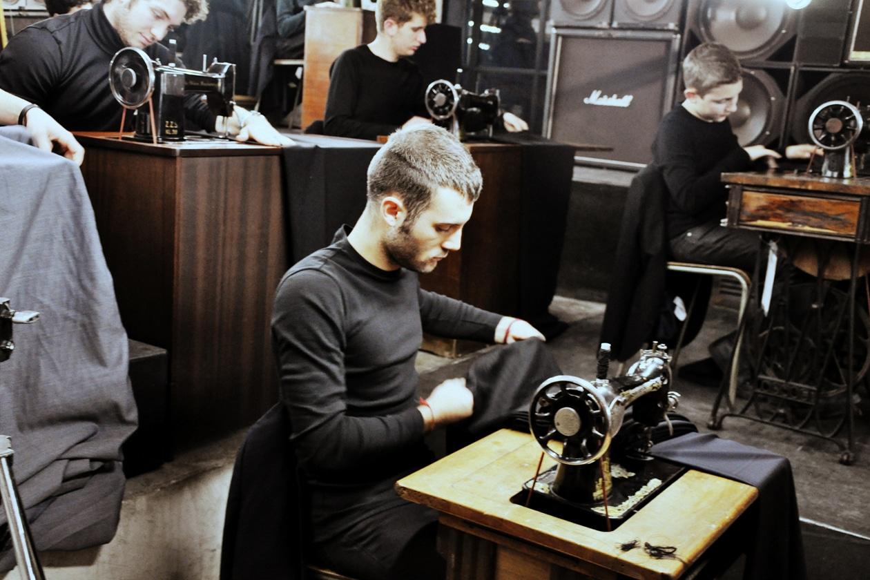 Concerto per macchine per cucire: il progetto di Sara Conforti in collaborazione con lo stilista