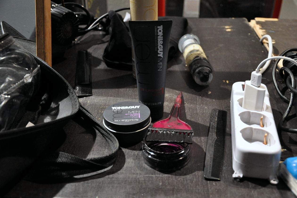 Gli hair stylist hanno steso il colore nero sulla testa dei modelli con un pennello