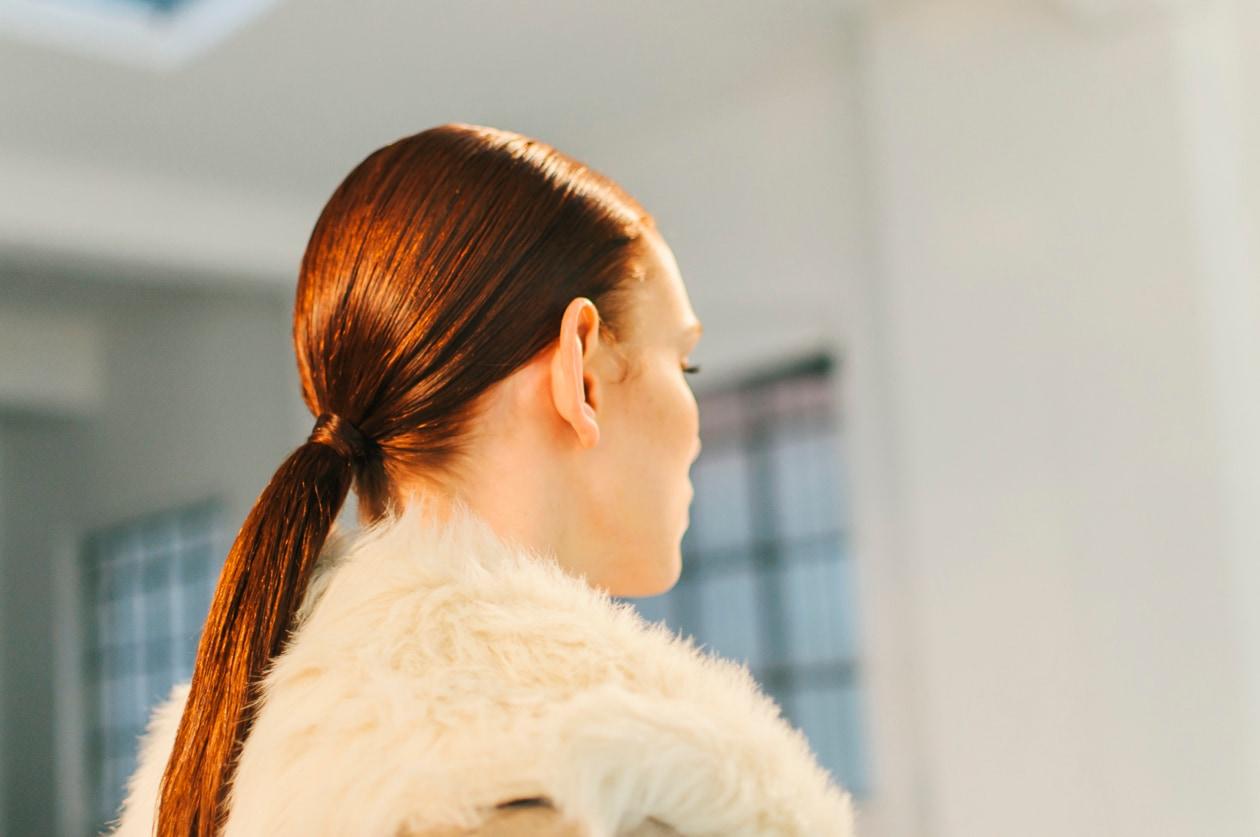 Hair style femminile: effetto natural chic lavorato soltanto con le mani raccolto in una elegante coda di cavallo