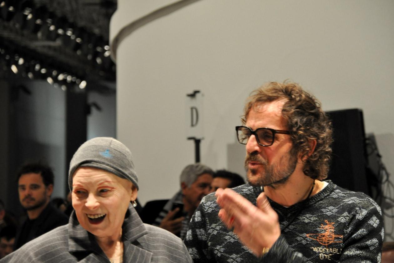 I saluti di Vivienne Westwood e Andreas Kronthaler dopo la sfilata