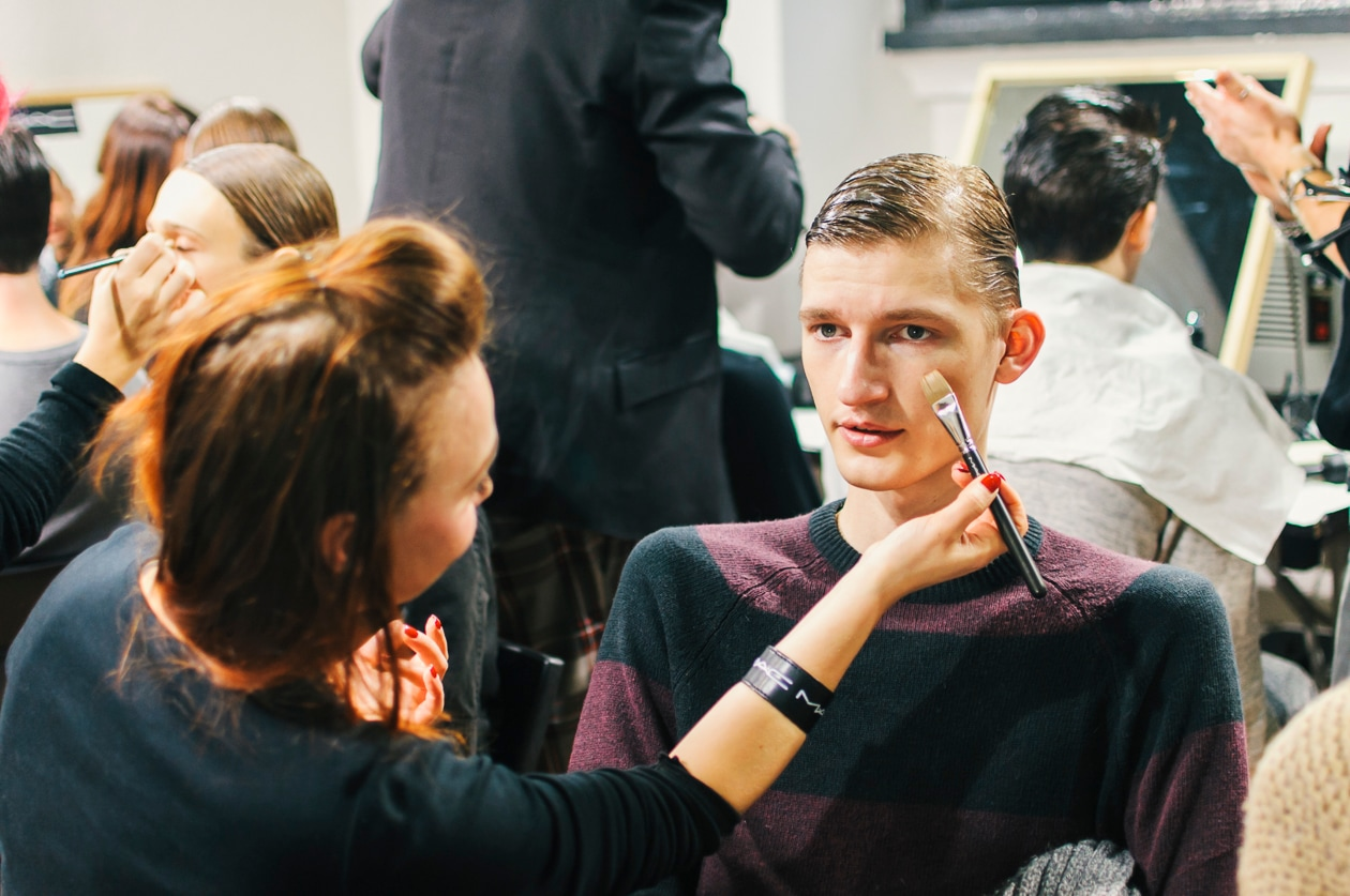 Il make up artist corregge le imperfezioni con il concealer