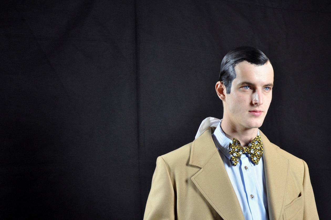 Il modello James Smith pronto per i fotografi prima della sfilata