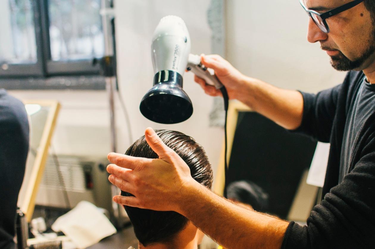 L'hair stylist Gianluca Gallotti al lavoro