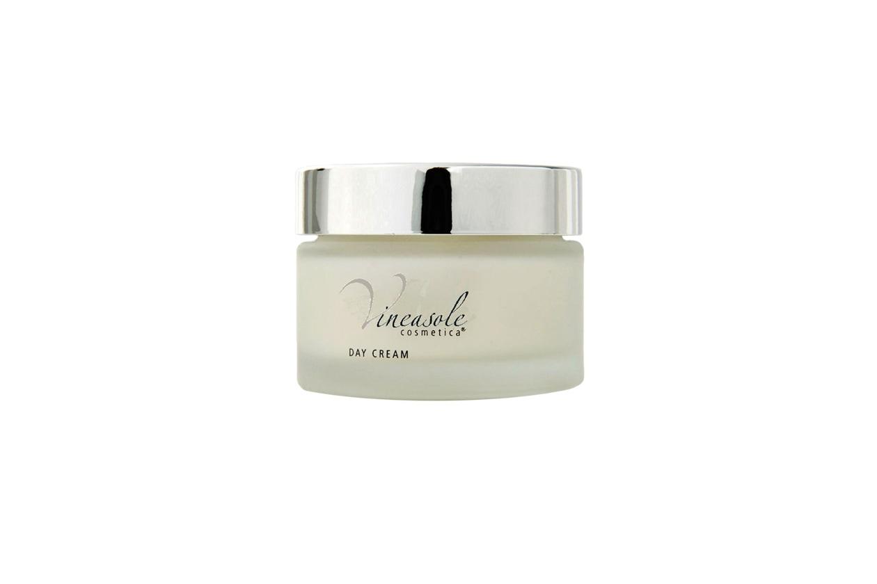 La Crema da giorno di Vineasole Cosmetica crea uno scudo protettivo grazie al complesso di colloidi con olio di vinacciolo, vitamina A, pantenolo e vitamina E