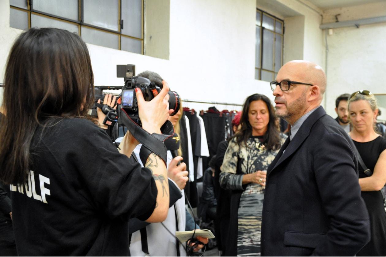 Lo stilista Antonio Marras durante un'intervista