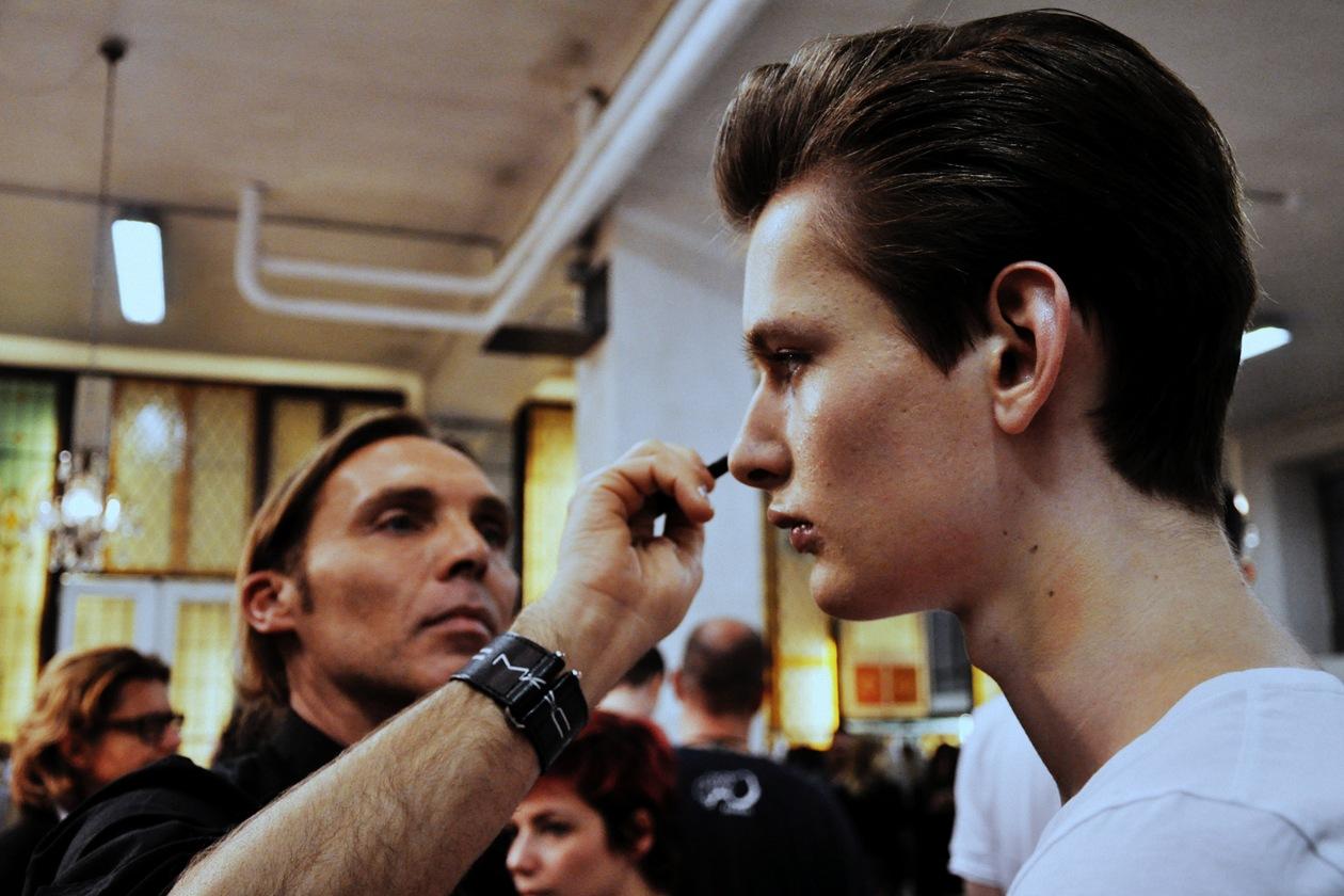 Michele Magnani ha mescolato sul volto dei modelli il fondotinta Face and Body con il Prep + PrimeNatural Radiance per un finish setoso e leggero