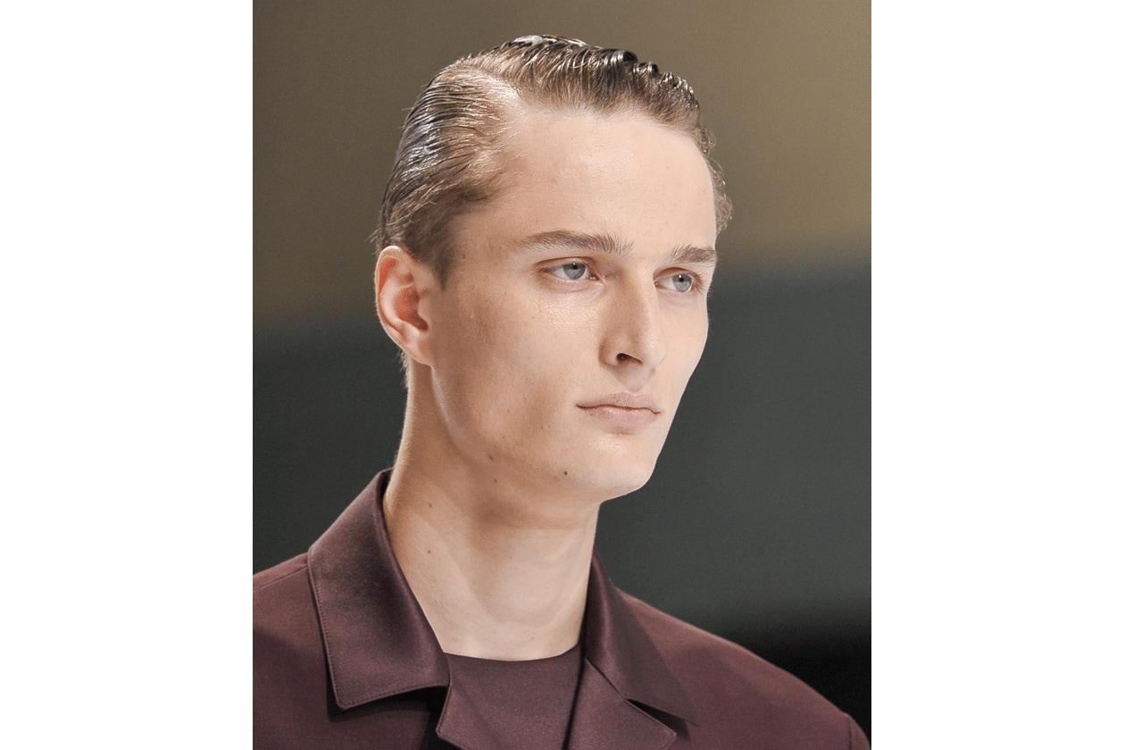 QUESTIONE DI RIGHE: che sia centrale o laterale, la riga regala sempre un tocco sofisticato all'hair look maschile (Christian Dior)